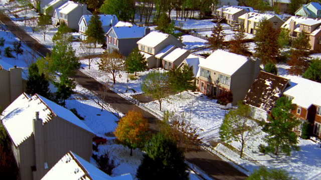 vídeos de stock e filmes b-roll de aerial point of view over snow-covered suburban neighborhood / kansas city, kansas - kansas