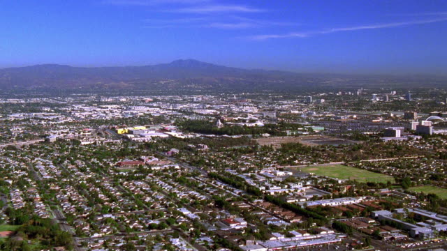 vídeos de stock e filmes b-roll de aerial point of view over suburbs of anaheim / california - sul da califórnia