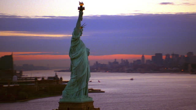 vídeos de stock e filmes b-roll de aerial point of view statue of liberty and new york harbor at dawn / new york city - patriotismo