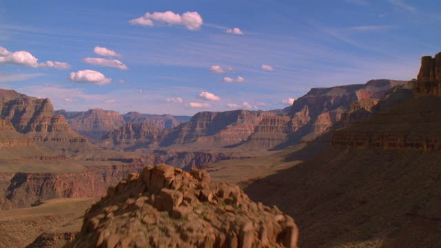 vídeos de stock, filmes e b-roll de aerial point of view through grand canyon / arizona - grand canyon