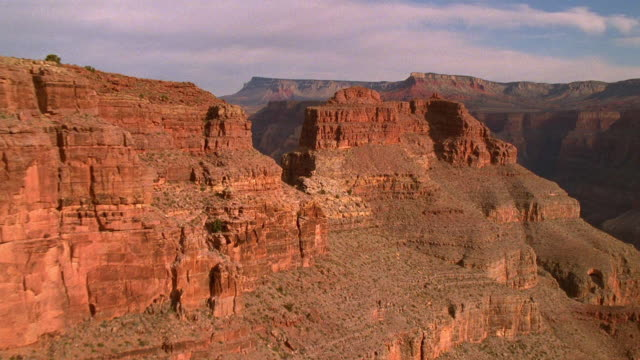 aerial point of view through grand canyon / arizona - grand canyon nationalpark stock-videos und b-roll-filmmaterial