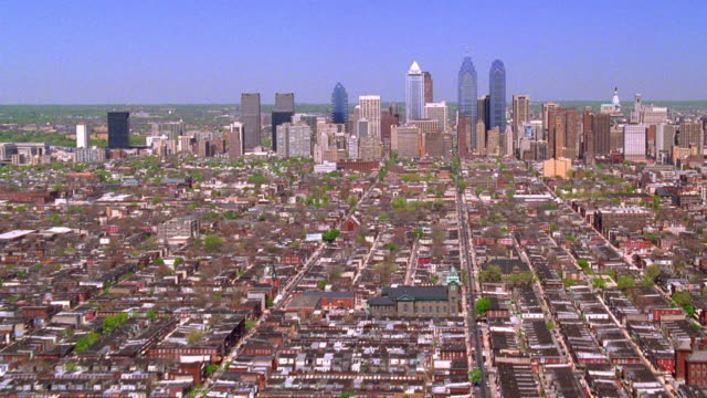 stockvideo's en b-roll-footage met aerial point of view towards and over downtown philadelphia / pennsylvania - philadelphia pennsylvania