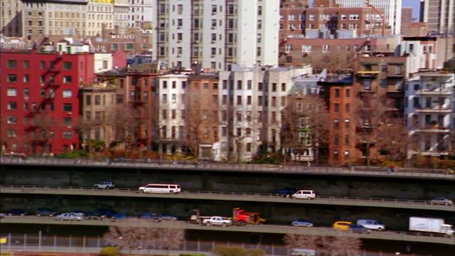 stockvideo's en b-roll-footage met aerial point of view traffic along bqe / brooklyn skyline - tweebaansweg