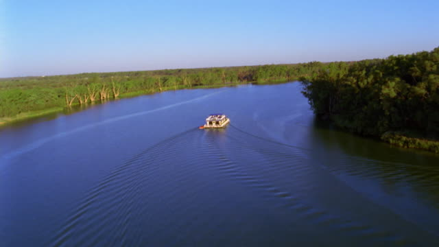vídeos de stock e filmes b-roll de aerial point of view wide shot over river with houseboat / australia - barco casa