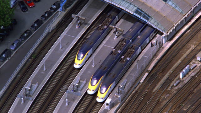 aerial point of view zoom out overhead eurostar trains at waterloo station / london - eurostar stock-videos und b-roll-filmmaterial