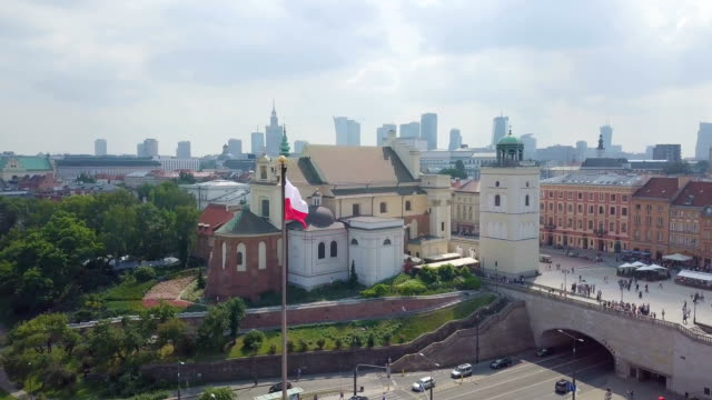 aerial /poland flag blowing in the wind at tomb of the unknown soldier - warsaw stock videos & royalty-free footage
