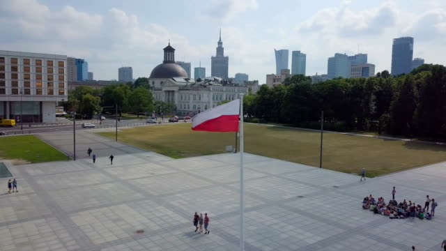 vídeos de stock, filmes e b-roll de aerial /poland flag blowing in the wind at unknown soldiers' grave - polônia
