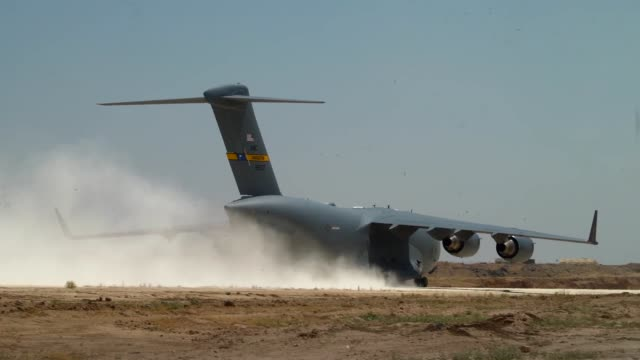 vídeos de stock e filmes b-roll de aerial port airmen from the 387th air expeditionary squadron offload equipment from a c17 globemaster deployed with the 816th expeditionary airlift... - coligação