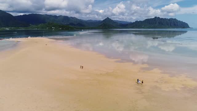 vídeos y material grabado en eventos de stock de aerial, pov, people on the kaneohe bay sandbar, hawaii, usa - toma ancha