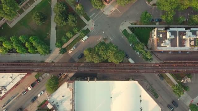 aerial, pov, traffic on a small crossing, chicago, usa - シカゴ市点の映像素材/bロール