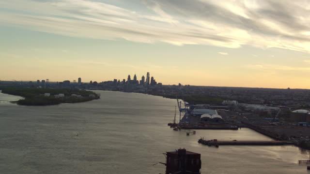 aerial pulling away from petty island and the philadelphia skyline - デラウェア川点の映像素材/bロール