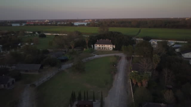 aerial push in to plantation mansion - plantation stock videos & royalty-free footage