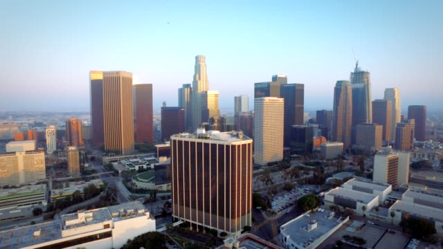 Luchtfoto duw in downtown Los Angeles Californië bij zonsondergang