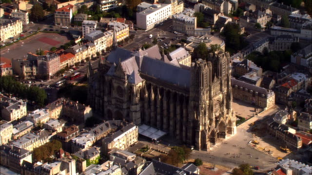 vídeos de stock, filmes e b-roll de aerial ws reims cathedral and surrounding buildings / reims, champagne region, france - catedral