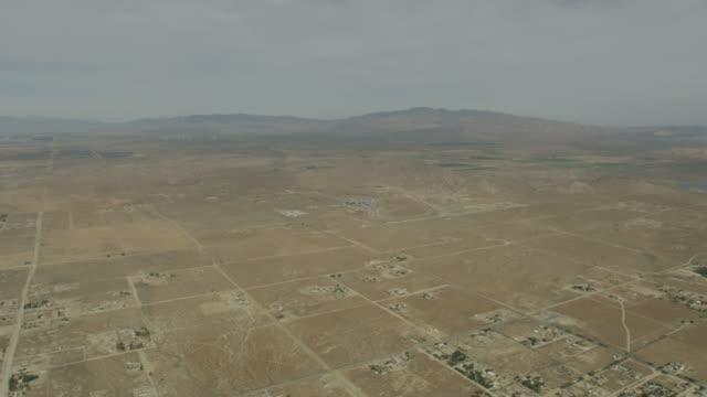 vídeos y material grabado en eventos de stock de aerial remote desert homes and farming communities california - southwest usa