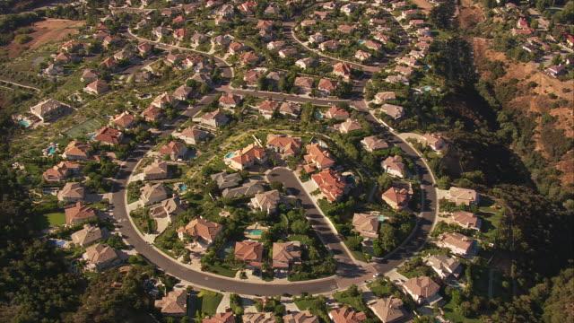 vidéos et rushes de aerial ts ha residential neighourhood / san bernardino valley, california, united states. - banlieue pavillonnaire