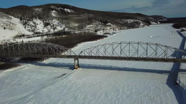 stockvideo's en b-roll-footage met aerial right: bridge over snowy valley, fairbanks, alaska - alaska verenigde staten
