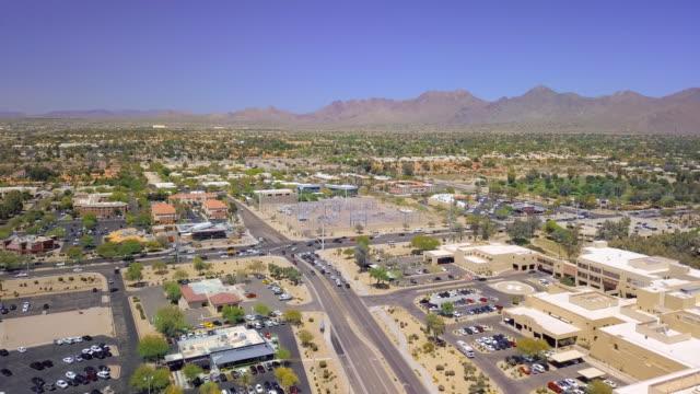 vídeos de stock, filmes e b-roll de aerial right to left: wide area of mountains - wide