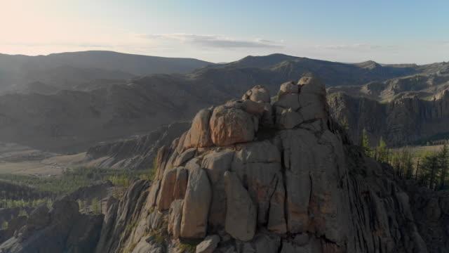vídeos de stock e filmes b-roll de aerial: rocky mountains against sky during sunny day - ulaanbaatar, mongolia - ulan bator