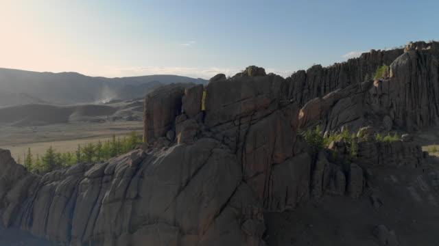 vídeos de stock e filmes b-roll de aerial: rocky mountains and yurts against sky during sunny day - ulaanbaatar, mongolia - ulan bator