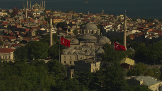 aerial rotate and zo from flags to reveal mosques in istanbul - türkei stock-videos und b-roll-filmmaterial