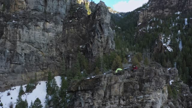 aerial rotation around a campsite on the edge of a cliff - american fork canyon bildbanksvideor och videomaterial från bakom kulisserna