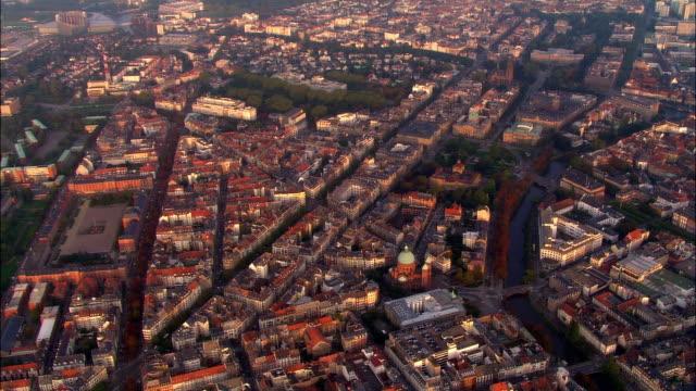 vídeos de stock e filmes b-roll de aerial ws saint pierre le jeune church and surrounding city with palais de l'europe parliament building in background / strasbourg, alsace, france - estrasburgo