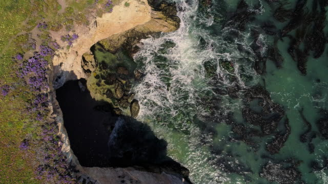 "Luchtfoto landschappelijke ""Bird eye"" looking-down uitzicht op de klif in de voorkant Pismo Beach, de kleine stad aan de Stille Oceaan, Californische West kust, in de zonnige lente dag. Aerial drone 4K UHD video met de oplopende camera beweging."