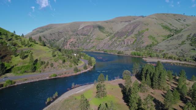 vidéos et rushes de vue panoramique aérienne du passage du nord-ouest scenic byway le long de la rivière clearwater à proximité de culdesac, idaho. drone vidéo avec le mouvement de la caméra avant cinématographique. - nord ouest américain