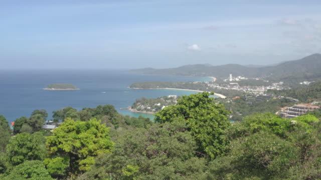 vista panoramica aerea sul bellissimo mare delle andamane e 3 baie a karon viewpoint, phuket, thailandia - numero 3 video stock e b–roll
