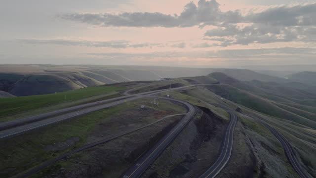 ワシントン州との国境に近いアイダホ州ルイストン近くのハイウェイ95への空中景勝地。春の早い晴れの朝。パノラマカメラの動きを持つドローンビデオ映像。 - スネーク川点の映像素材/bロール