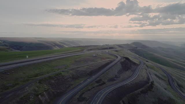 ワシントン州との国境に近いアイダホ州ルイストン近くのハイウェイ95への空中景勝地。春の早い晴れの朝。後方カメラの動きを持つドローンビデオ映像。 - スネーク川点の映像素材/bロール