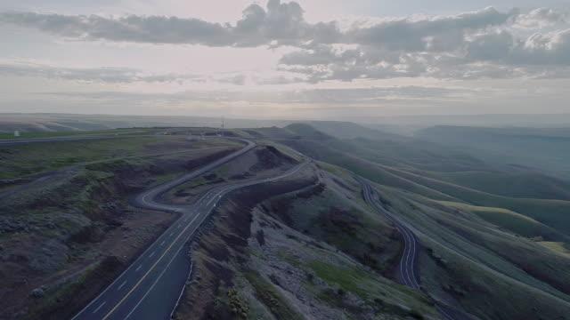 vidéos et rushes de vue panoramique aérienne jusqu'à l'autoroute 95 à proximité de lewiston, idaho, à proximité de la frontière avec l'état de washington. tôt le matin ensoleillé au printemps. drone vidéo avec le complexe vers l'arrière, le mouvement de la caméra - nord ouest américain
