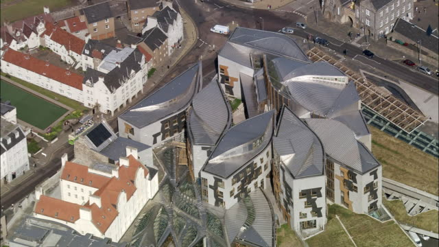 vídeos de stock, filmes e b-roll de aerial scottish parliament building / edinburgh, scotland - parliament building