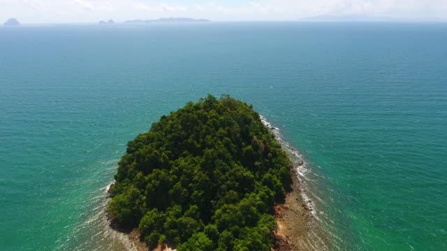 stockvideo's en b-roll-footage met luchtfoto uitzicht op zee, koh van trang provincie in de andaman zee, thailand - trang province