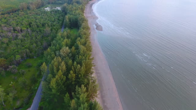 stockvideo's en b-roll-footage met luchtfoto uitzicht op zee, pak meng trang provincie in de andaman zee, thailand - trang province