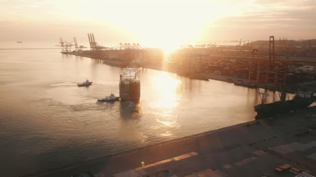 航空輸送コンテナポート - タグボート点の映像素材/bロール