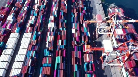 stockvideo's en b-roll-footage met luchtfoto shoot van industriële haven - economie