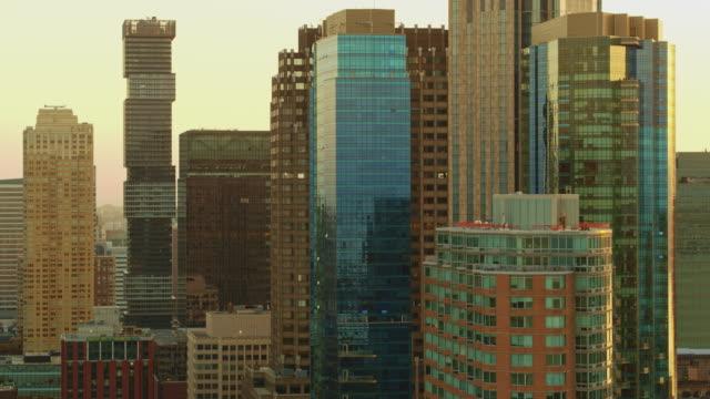 日の出時にニュージャージー州パウラスフックとジャージーシティの空中短遠な景色。パノラマカメラの動きを持つ空中ドローンビデオ。 - 連続するイメージ点の映像素材/bロール