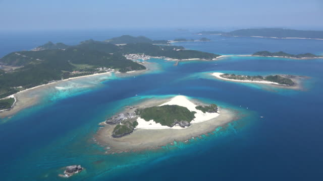 vídeos de stock e filmes b-roll de aerial shot; a long shot of the beautiful kerama islands, okinawa, japan - ilha