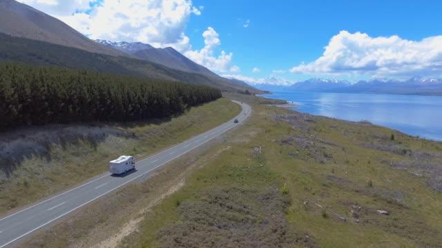 Luftaufnahme über dem See und Straße mit Berge