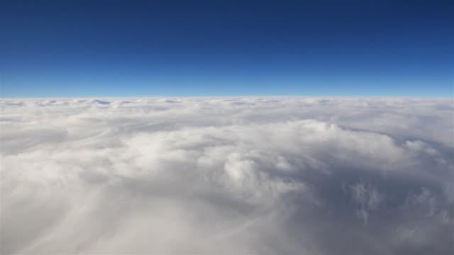 Antenn skott ovan molnen i 4K