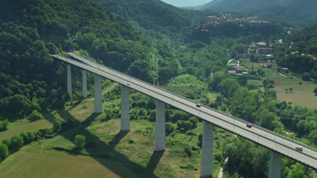 colpo aereo in avvicinamento al ponte autostradale vicino a castellfollit de la roca - roca video stock e b–roll