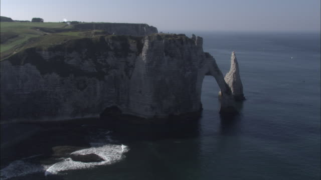 aerial shot around the beautiful chalk cliffs and stone arches on the upper normandy coastline.  - kreidefelsen stock-videos und b-roll-filmmaterial