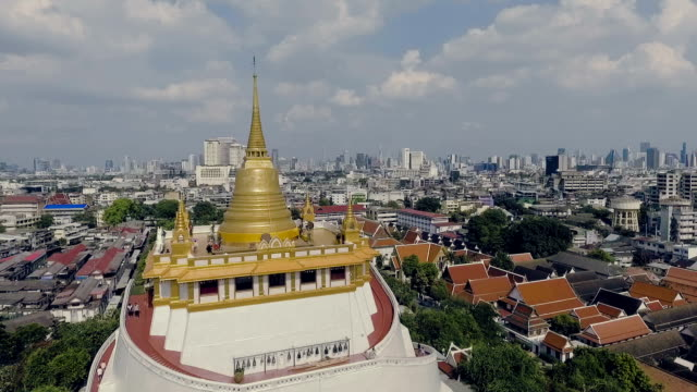 luftaufnahme: bangkok stadtbild ansicht vom wat saket - palast stock-videos und b-roll-filmmaterial
