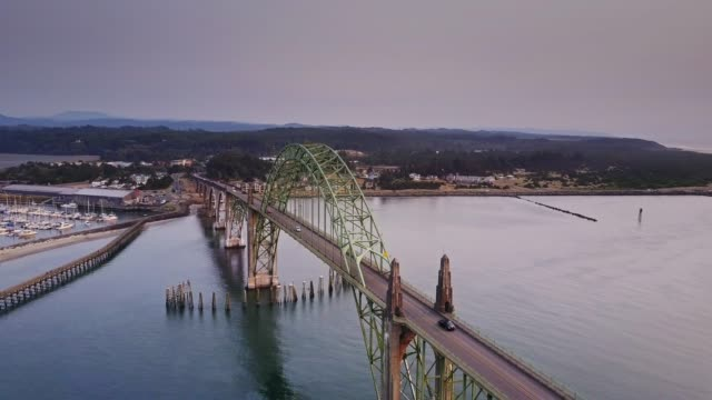 stockvideo's en b-roll-footage met luchtfoto shot cirkelen rond yaquina bay bridge (oregon) - oregon coast