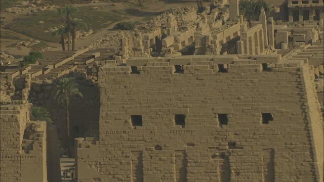 aerial shot circling the karnak temple complex in luxor - tempel stock-videos und b-roll-filmmaterial