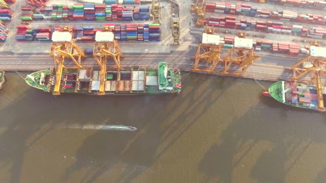 aerial shot containerladung am hafen - nachbar stock-videos und b-roll-filmmaterial