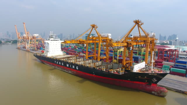 Luchtfoto shot containervracht vracht schip met werkende kraan brug op scheepswerf