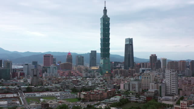aerial shot downtown taipei, taiwan with taipei 101 in the bg - insel taiwan stock-videos und b-roll-filmmaterial